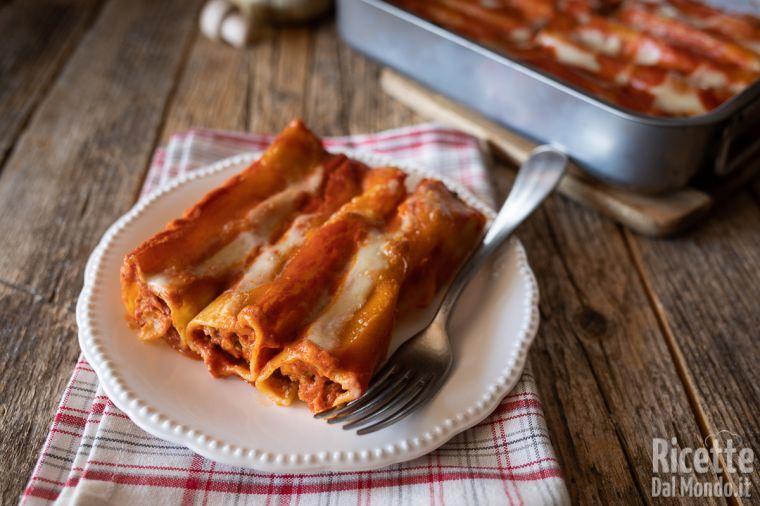 Cannelloni Di Carne Al Forno Ripieni Con La Besciamella