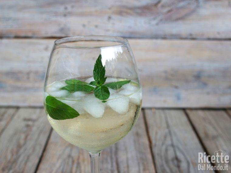 Ricetta Hugo Iba.Cocktail Hugo Con Fiori Di Sambuco Ricettedalmondo It