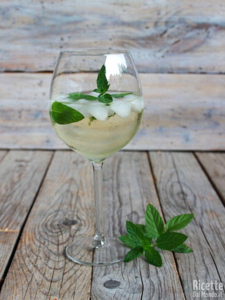 Ricetta Hugo Per 6 Persone.Cocktail Hugo Con Fiori Di Sambuco Ricettedalmondo It