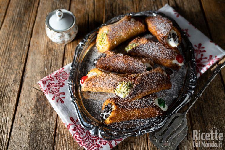 Cannoli di pandoro, con crema di ricotta siciliana