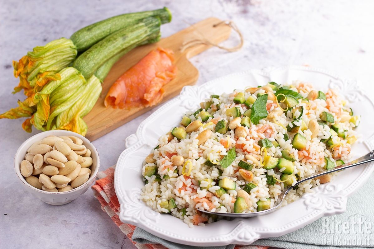 Insalata di riso con zucchine e salmone affumicato